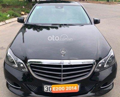 Đầu xe Mercedes-Benz E200 đời 2014 nổi bật với lưới tản nhiệt 3 thanh gấp khúc.