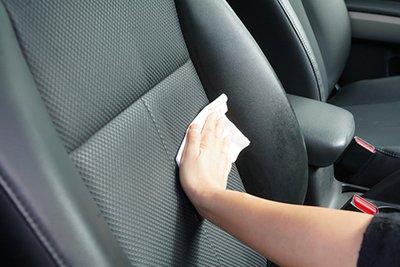 Quá trình xử lý vết nứt ghế da cần thực hiện nhẹ nhàng, tránh chà xát quá mạnh gây hỏng da