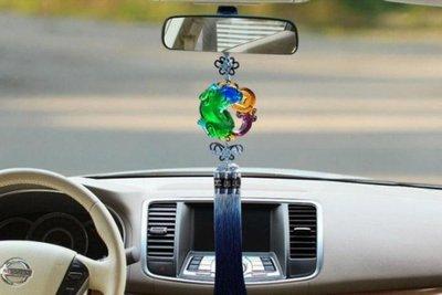 treo vật nặng dưới gương chiếu hậu trong xe