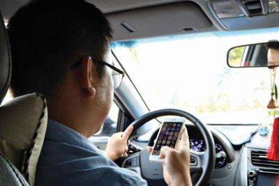 vừa lái xe vừa dùng điện thoại