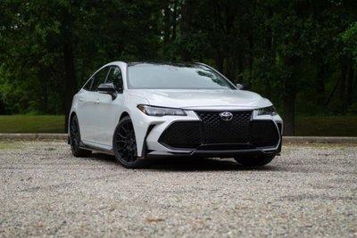 Toyota Avalon TRD trắng mặt trước