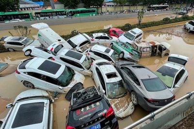 """Hàng trăm nghìn ô tô ngập bùn đất sau lũ tại Trung Quốc: Liệu có """"cửa"""" về Việt Nam?"""