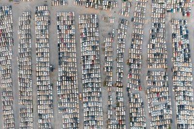 Hơn 400.000 xe từng bị ngập nước đợi được bán đấu giá trong một bãi đỗ xe ở Trịnh Châu, tỉnh Hà Nam