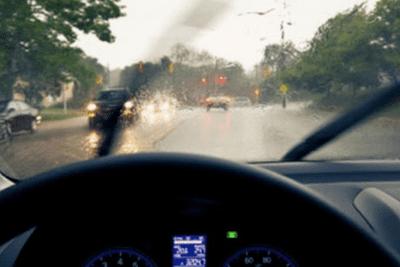 đi ô tô dưới mưa