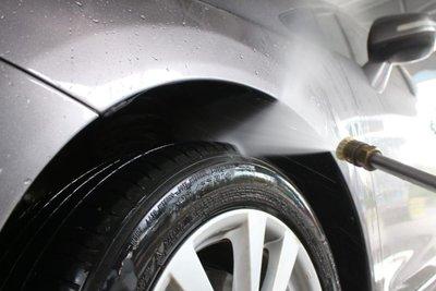 Rửa xe dưới tia nước mạnh