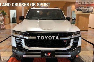 Toyota Land Cruiser 2022 lần đầu lộ diện ngoài đời thực tại Việt Nam, có gì hấp dẫn? a2