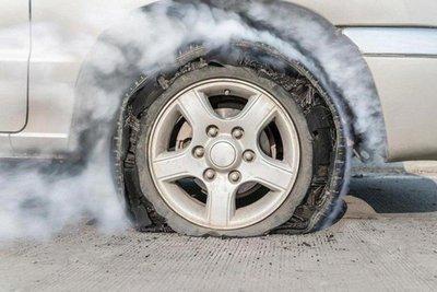 nổ lốp xe ô tô