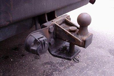 xe vẫn còn rơ móc mặc dù chẳng kéo theo vật gì