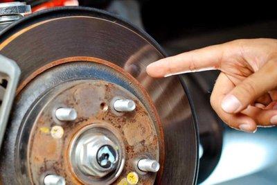 đĩa phanh ô tô bị rỉ sét