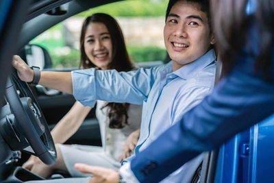 rủ người thân đi lái thử xe cùng