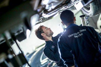 Đảm bảo sự an toàn cho bản thân và gia đình khi thay thế và sửa chữa xe tại  đại lý chính hãng khi sử dụng gói bảo hiểm Mercedes-Benz.