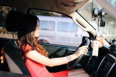 lái xe dưới trời nắng nóng