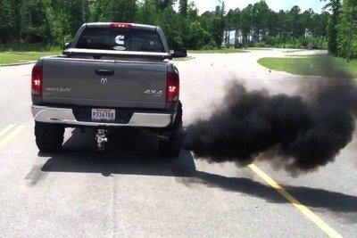 Động cơ thải ra khói đen.