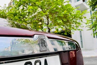 Rolls-Royce Ghost 2011 có logo RR thiết kế cách điệu khá ấn tượng